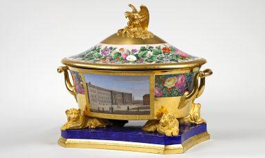 Terrine-aus-dem-Hochzeitsservice-für-Prinzessin-Alexandrine-von-Preußen-Königliche-Porzellanmanufaktur-Berlin-1822-©-Staatliche-Schlösser-Gärten-und-Kunstsammlungen-M-V-Foto-G.-Bröcker.jpg
